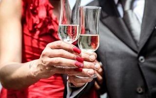 Hochzeitsvorbereitungen mit Sektgläsern